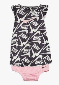 Nike Sportswear - MARKER MASH DRESS BABY - Vestido ligero - black/light pink - 0