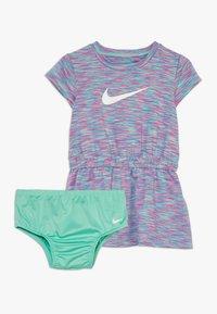 Nike Sportswear - SPACE DYE DRESS BABY - Vestido ligero - emerald rise - 0