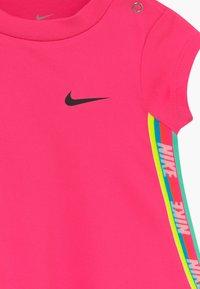 Nike Sportswear - RAINBOW TAPING BABY - Jerseykleid - hyper pink - 4