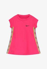 Nike Sportswear - RAINBOW TAPING BABY - Jerseykleid - hyper pink - 3