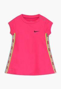 Nike Sportswear - RAINBOW TAPING BABY - Jerseykleid - hyper pink - 0