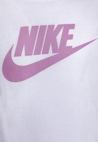 Nike Sportswear - BASIC FUTURA - Printtipaita - white/magic flamingo - 2
