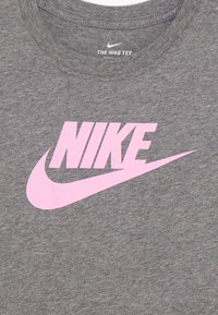 Nike Sportswear - TEE BASIC FUTURA - Print T-shirt - carbon heather/pink - 3