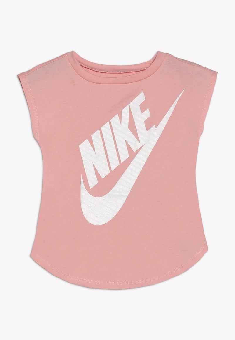 Nike Sportswear - GIRLS JUMBO FUTURA TEE BABY - Camiseta estampada - bleached coral