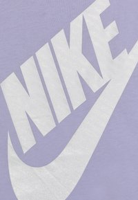 Nike Sportswear - GIRLS JUMBO FUTURA TEE - T-shirts med print - lavender mist - 4