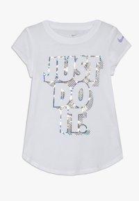 Nike Sportswear - IRIDESCENT SCOOP TEE - T-shirt imprimé - white - 0