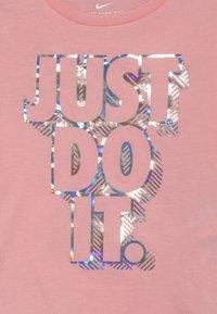 Nike Sportswear - IRIDESCENT SCOOP TEE - T-shirt imprimé - bleached coral - 3