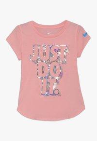Nike Sportswear - IRIDESCENT SCOOP TEE - T-shirt imprimé - bleached coral - 0