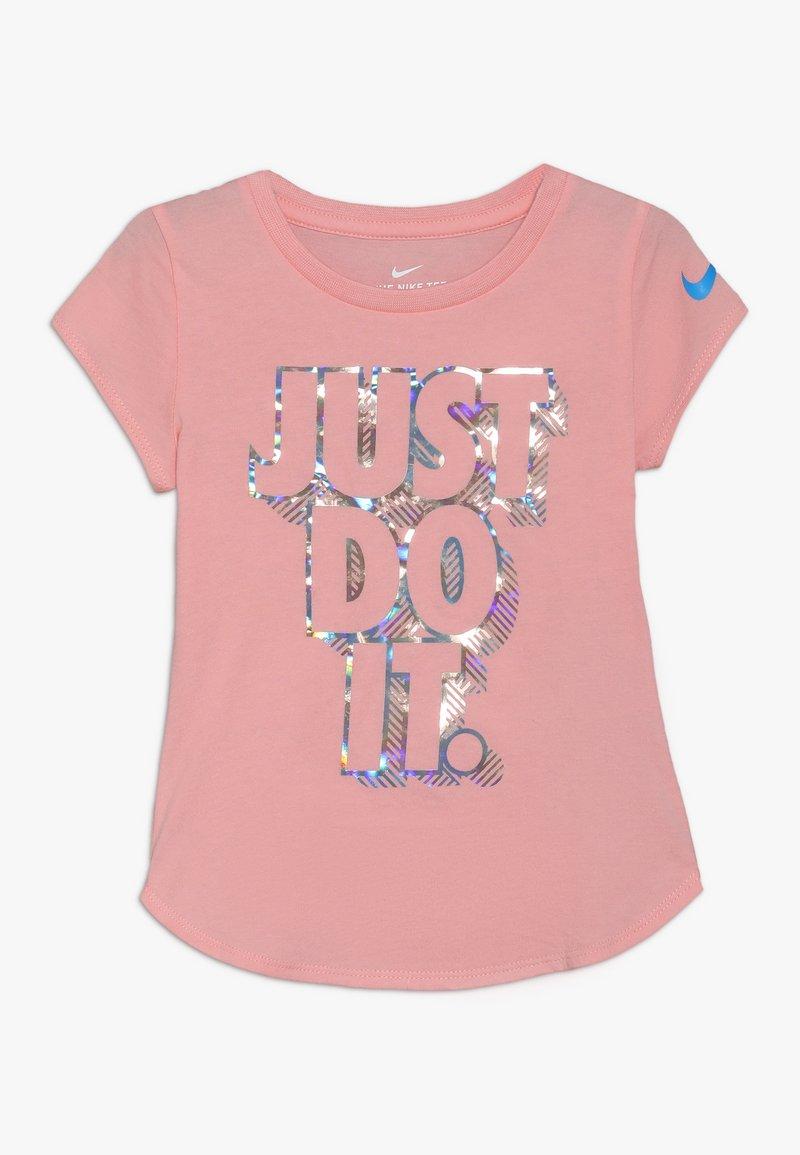 Nike Sportswear - IRIDESCENT SCOOP TEE - T-shirt imprimé - bleached coral