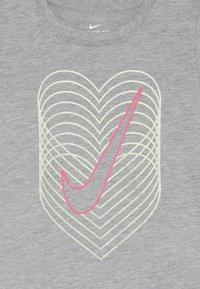 Nike Sportswear - HEART REVERB SCOOP TEE - Långärmad tröja - dark grey heather - 3