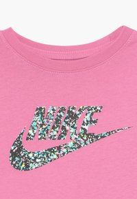 Nike Sportswear - CROP FUTURA - T-shirt con stampa - magic flamingo - 3