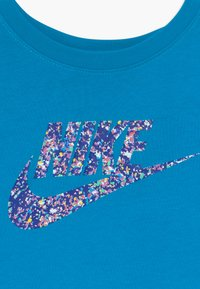 Nike Sportswear - CROP FUTURA - Camiseta estampada - laser blue - 3
