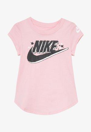 FUTURA MARKER SCOOP TEE - Camiseta estampada - pink