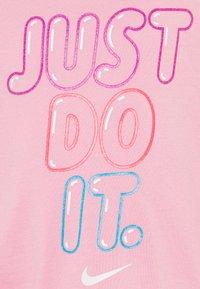 Nike Sportswear - BUBBLE BOXY - Camiseta estampada - pink - 2
