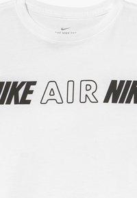 Nike Sportswear - TEE CROP AIR TAPING - T-shirt con stampa - white - 3
