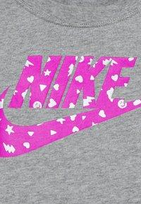 Nike Sportswear - FUTURA ICON SCOOP - T-shirt con stampa - dark grey heather - 2