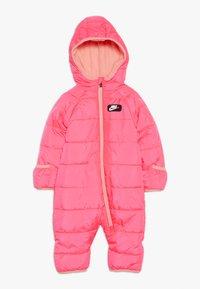 Nike Sportswear - CIRE SNOWSUIT BABY - Lyžařská kombinéza - racer pink - 0