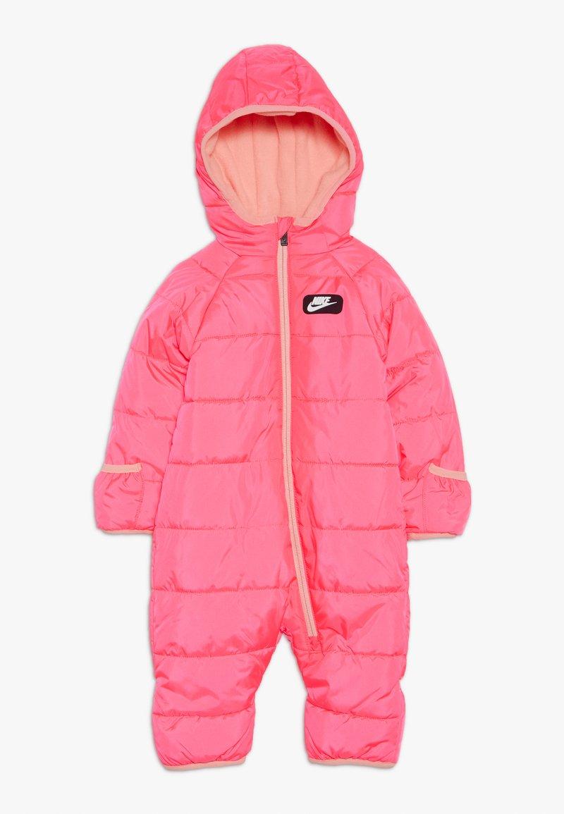 Nike Sportswear - CIRE SNOWSUIT BABY - Lyžařská kombinéza - racer pink