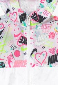 Nike Sportswear - SCRIBBLE - Välikausitakki - white - 3