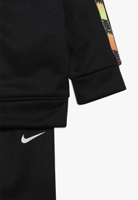 Nike Sportswear - GRADIENT TAPING THERMA BABY SET - Tepláková souprava - black - 3