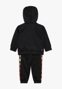 Nike Sportswear - GRADIENT TAPING THERMA BABY SET - Tepláková souprava - black - 1