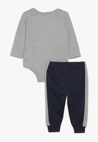 Nike Sportswear - EMOTICON PANT BABY SET - Body - obsidian - 1