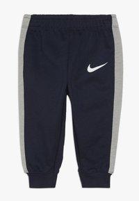 Nike Sportswear - EMOTICON PANT BABY SET - Body - obsidian - 2