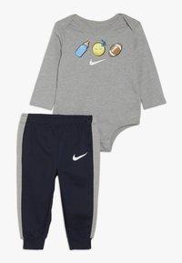 Nike Sportswear - EMOTICON PANT BABY SET - Body - obsidian - 0