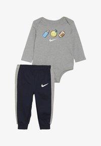 Nike Sportswear - EMOTICON PANT BABY SET - Body - obsidian - 3
