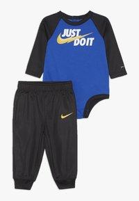 Nike Sportswear - LIGHT BODYSUIT PANT BABY SET - Pantalon de survêtement - black - 0