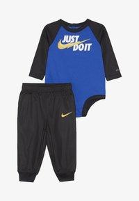 Nike Sportswear - LIGHT BODYSUIT PANT BABY SET - Pantalon de survêtement - black - 3