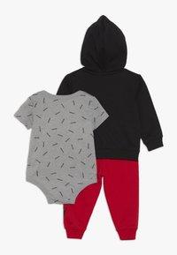Nike Sportswear - TOSS PANT BABY SET - Body - university red - 1