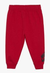 Nike Sportswear - TOSS PANT BABY SET - Body - university red - 2