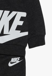 Nike Sportswear - SPLIT FUTURA PANT BABY SET - Body - black heather - 3