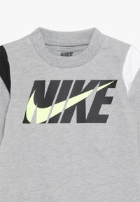 Nike Sportswear - COLORBLOCKED COVERALL BABY - Potkupuku - dark grey heather - 4