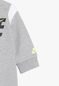 Nike Sportswear - COLORBLOCKED COVERALL BABY - Potkupuku - dark grey heather - 2