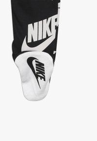 Nike Sportswear - FOOTED COVERALL BIB BABY SET - Potkupuku - black - 3