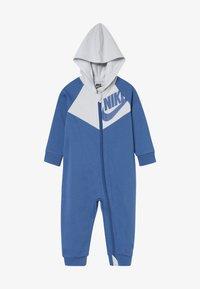 Nike Sportswear - CHEVRON COVERALL BABY - Dupačky - mountain blue - 2