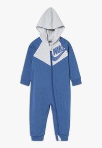Nike Sportswear - CHEVRON COVERALL BABY - Dupačky - mountain blue - 0