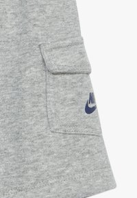 Nike Sportswear - CARGO BABY SET - Kraťasy - dark grey heather - 3