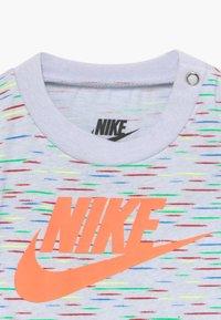 Nike Sportswear - POP ROMPER BABY - Combinaison - grey - 3