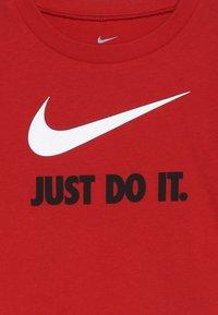 Nike Sportswear - TEE BABY - T-shirt med print - university red - 3