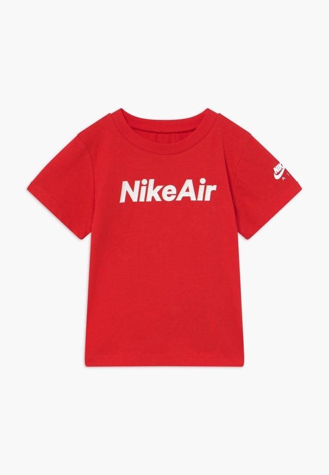 AIR TEE - Camiseta estampada - university red