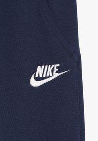 Nike Sportswear - CLUB PANT - Trainingsbroek - midnight navy/white - 4