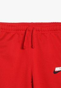 Nike Sportswear - REPEAT PANT POLY - Teplákové kalhoty - university red/white - 4