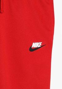 Nike Sportswear - REPEAT PANT POLY - Teplákové kalhoty - university red/white - 2