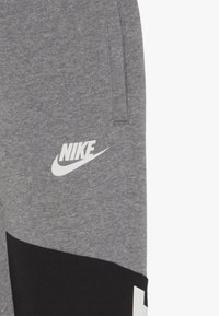 Nike Sportswear - CORE AMPLIFY PANT - Pantalon de survêtement - carbon heather/black/white - 3