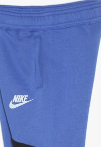 Nike Sportswear - CORE AMPLIFY PANT - Träningsbyxor - game royal/black/pure platinum - 3
