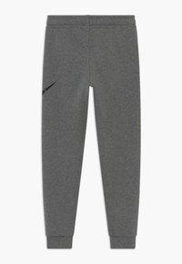 Nike Sportswear - B NSW CLUB + HBR PANT - Pantalones deportivos - carbon heather/smoke grey/black - 1