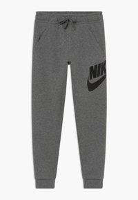 Nike Sportswear - B NSW CLUB + HBR PANT - Pantalones deportivos - carbon heather/smoke grey/black - 0